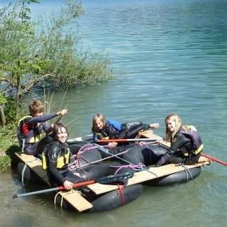 Mit dem selbstgebauten Floß auf Wasser-Safari. Foto: Claudia Wegmann