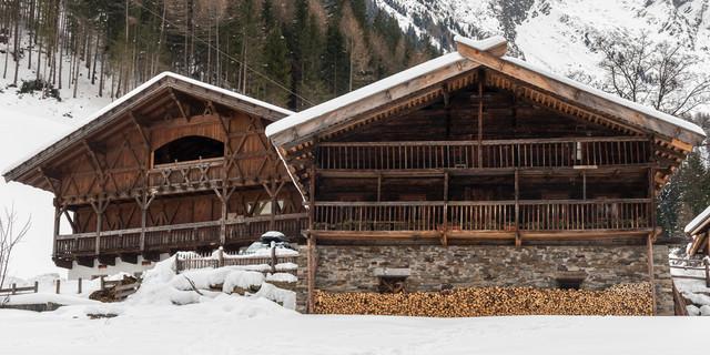 Bei alten Südtiroler Stadeln startet die Tour zur Alpenspitze. Foto: Ingo Röger