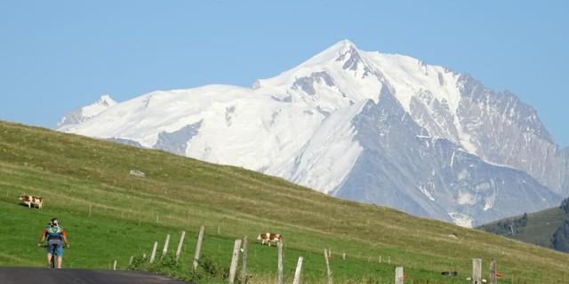 Tag 2: Am Col des Aravis begleitet der Mont Blanc die Mountainbiker auf dem Weg Richtung Süden.