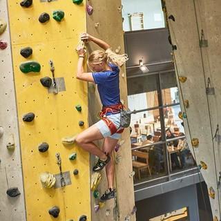 Vorstiegsklettererin in der Halle.  Foto: DAV / Frank Kretschmann