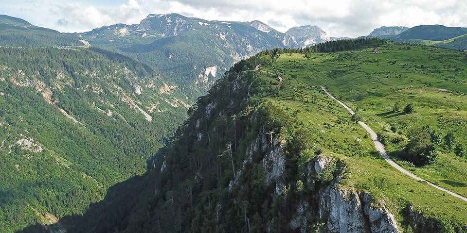 Vom Dorf Nedajno aus bieten sich traumhafte Blicke in die Sušica-Schlucht. Foto: Thorsten Brönner