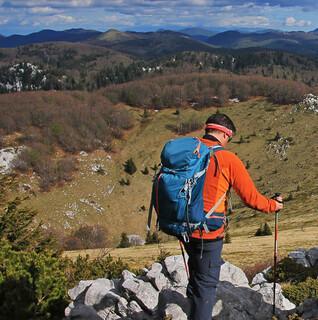 Tiefe Dolinen gehören zur Karstlandschaft, hier bei Alan. Foto: Silvia Schmid