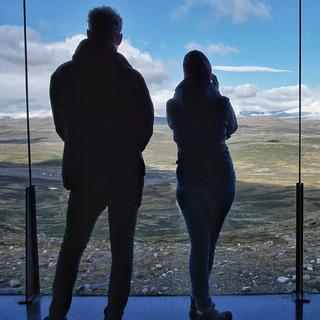 """2011 wurde der """"Viewpoint Snøhetta"""" errichtet; der preisgekrönte Bau bietet ausgezeichnete Blicke auf den höchsten Berg des Dovrefjell. Foto: Joachim Chwaszcza"""