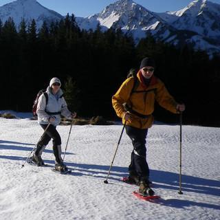 Auf verharschtem Schnee im Aufstieg zum Wiesler Berg, im Hintergrund die Tannheimer Gipfel mit dem querliegenden Gaishorn. Foto: Thomas Krobbach