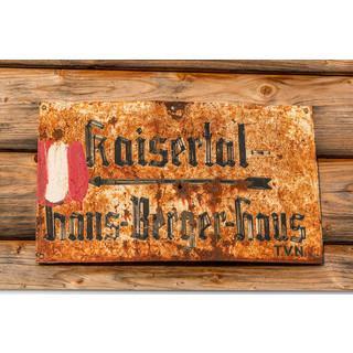 Ein historisches Schild weist den Weg ins Kaisertal.