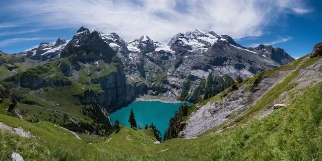 Fast schon zu kitschig ruht der Öschinensee unter Blüemlisalp-, Fründen- und Doldenhorn. Foto: Ralf Gantzhorn