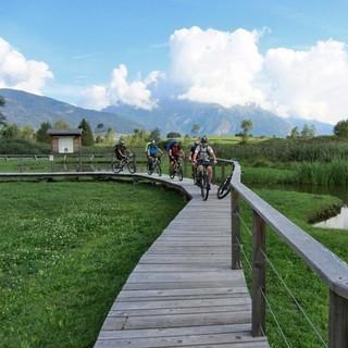 Pfahlbauten bei Ponte Arche - Naturkundlicher Abstecher zu den Pfahlbauten von Fiavé im Thermengebiet von Ponte Arche und Terme di Comano. Den Lehrpfad im Biotop darf man aber nur zu Fuß oder das Bike schiebend besuchen.