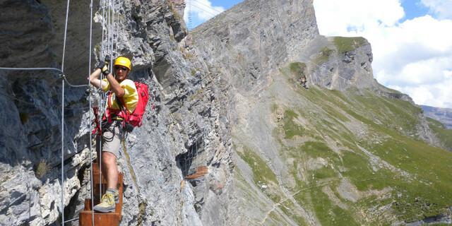 """Man kann Klettersteige natürlich auch als Fortsetzung von Funparks in anderer Umgebung betrachten und das Gebirge mit Turnelementen behängen wie am """"Erlebnisklettersteig Gemmiwand"""". Foto: Andreas Jentzsch"""