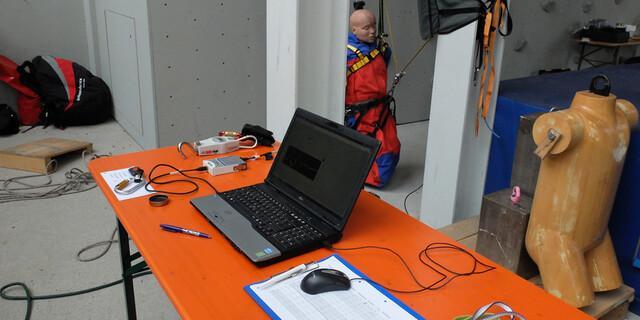 Die praktischen Ergebnisse werden am PC erfasst und später ausgewertet. Foto: DAV/Sifo