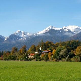In den meisten Regionen der Alpen ist die Bevölkerungszahl stabil, nur wenige haben mit Abwanderung zu kämpfen. Foto: Touristik-Information Schleching