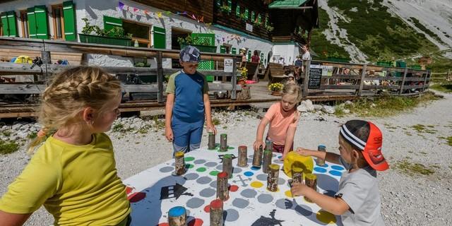 Auch auf der Hütte wollen die Kinder beschäftigt werden. Foto: DAV/Norbert Freudenthaler