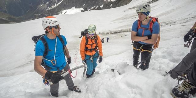 Bergführer Nils Beste erklärt den ausziehbaren T-Anker, mit dem man ohne Materialverlust im Firn abseilen kann. Foto: DAV / Silvan Metz