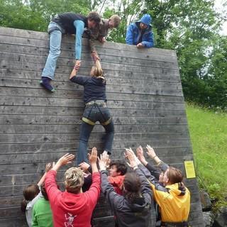Begehung der Wall als Teamaufgabe im Hochseilgarten der Jubi. Fotoarchiv/claudia Wegmann