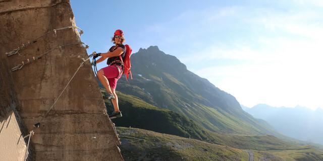 Der Berg ist Kulisse, der Weg ist das Ziel. Turnerisches Kraxeln an Eisenklammern, Leitern und Drahtseilen braucht keine Natur und keinen Fels als Trägersubstrat. Foto: Andreas Jentzsch