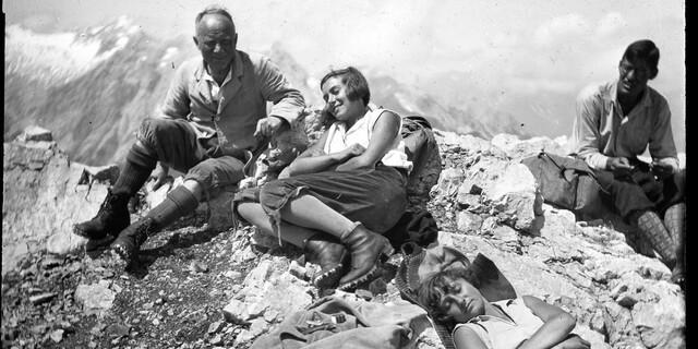Gipfelrast. Aufnahme Rüdiger von Volkmann, um 1930