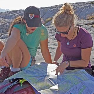 Eine Karte bietet zuverlässige Orientierung am Berg. Foto: DAV/Katja Müller