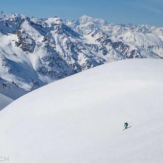 Auf traumhafter Abfahrt geht es vom Schwarzhorn (3108 m) ins Binntal im Wallis, zurück in die Schweiz. Foto: Powerpress.ch
