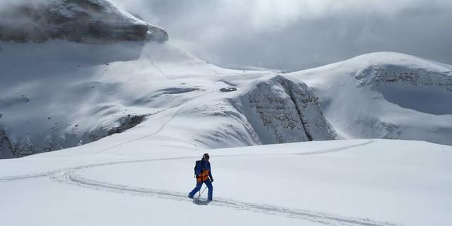 Blick zurück auf den Piz Boè mit seiner steilen Westflanke und dem schmalen Durchschlupf im Felsriegel. Foto: Stefan Herbke