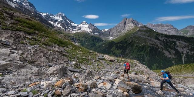 Weit und steil ist der Aufstieg zur Rottalhütte; der Blick zum Gipfelkranz über dem Lauterbrunnental ist nur ein schwacher Trost. Foto: Ralf Gantzhorn