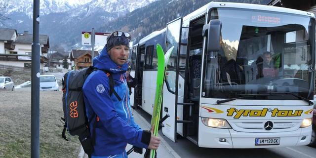 Im Stubaital - Eine Transalp mit Lifthilfen profitiert auch gerne mal vom Skibus, hier im Stubai. Foto: Stefan Herbke