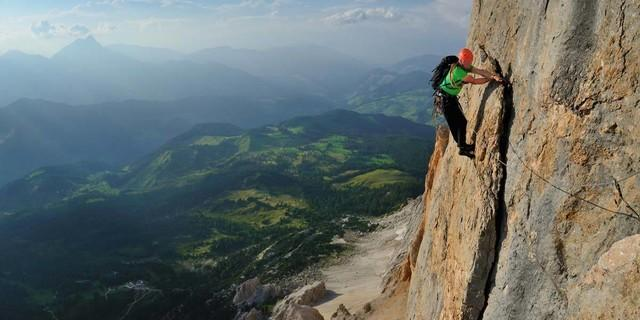 """Dolomiten-Kontraste: In der grünen Wiese liegen kann man morgen wieder&#x3B; heute heißt es zupacken in der """"Großen Mauer"""" am Heiligkreuzkofel. Foto: Ralf Gantzhorn"""