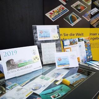 Eine Auswahl der Produkte rund um die Sonderbriefmarke