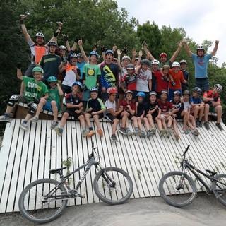 Mountainbikegruppe im Bikepark. Foto: Robert Lassahn.