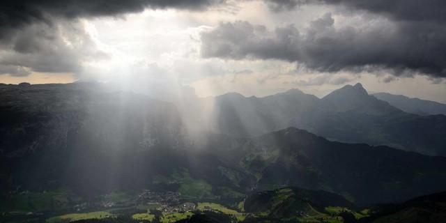 Wetterküche Dolomiten: In den Südalpen braut sich schnell mal was zusammen – wie hier über dem Gadertal. Foto: Ralf Gantzhorn