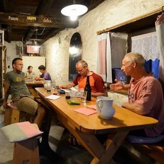 Dolomiten-Genuss: Panini, Grappe, Dolci und alles was man sonst noch braucht gibt es auf der Bosconerohütte. Foto: Ralf Gantzhorn