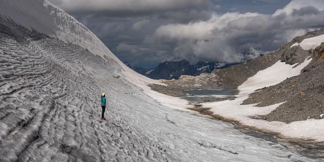 Der riesige Eiskolk an der Planurahütte ist berühmt und hat in den Alpen wenige Konkurrenz. Foto: Ralf Gantzhorn