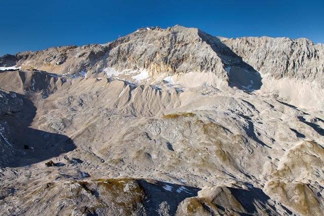 Zugspitzplatt - Von der Knorrhütte verläuft der Weg auf dem Moränenkamm nach links zum Zugspitzplatt. Luftbild Jörg Bodenbender.