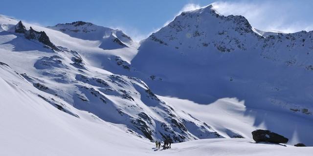 Skirunde Großvenediger: Beim Anstieg von der Johannishütte zum Defreggerhaus hat man den besten Blick auf Wallhorntörl (r.) und Weißspitze. Foto: Stefan Herbke