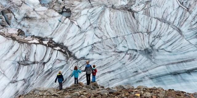 Wunderwerk Natur: Im Windkolk an der Mutthornhütte (Ausgangspunkt zum Breithorn) zeigt der Gletscher seine Jahresringe. Foto: Ralf Gantzhorn