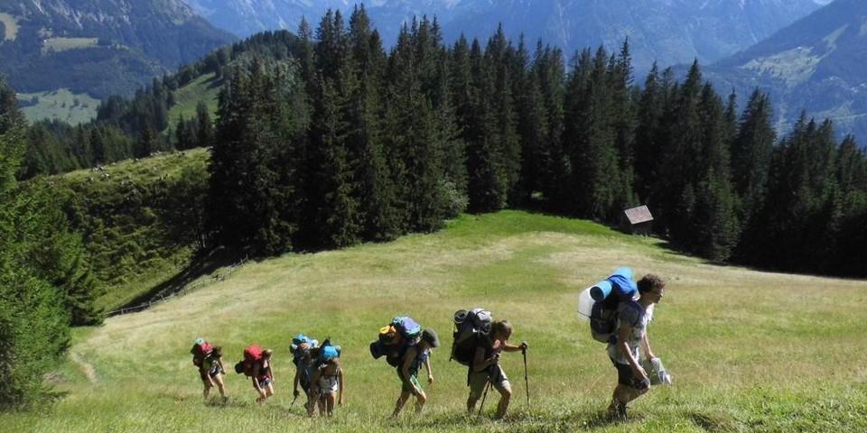 Schulklasse auf Bergtour oberhalb von Bad Hindelang; Foto: JDAV Archiv