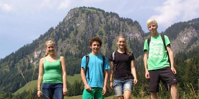Schüler*innen vor dem Hirschberg oberhald der Jubi; Foto: Wolfgang Mayr