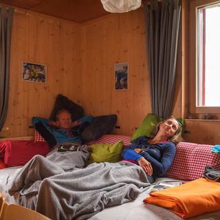 Für kühle Abende offeriert die Claridenhütte sogar eine komfortable Kuschelecke. Foto: Ralf Gantzhorn