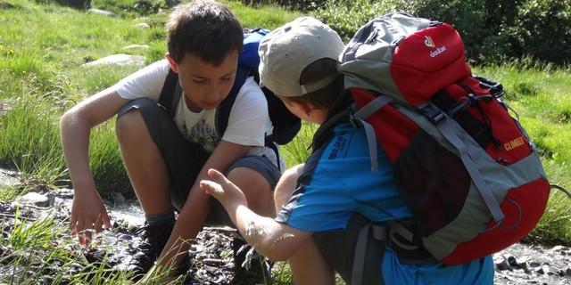 Zwei Schüler forschen am Bergbach; Foto: Lena Behrendes