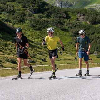 Stefan Knopf, Josef Pelzer (beide DAV Berchtesgaden) und Thomas Kletzenbauer (DAV Lenggries) beim Rollerskitraining - Foto: Nils Lang