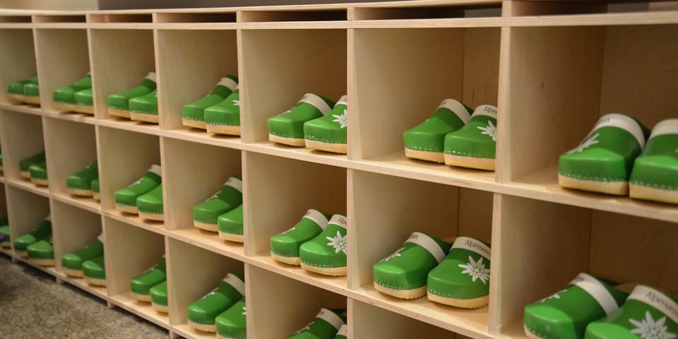 Hütten sind anders! Die Hüttenausstellung auch: Besucherinnen und Besucher müssen Hüttenschuhe anziehen. Foto: Friederike Kaiser