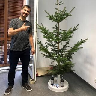 Überraschter Jubi - Hausleiter Martin Herz, der einen Christbaum in seinem Büro entdeckte. Foto: Jubi Archiv