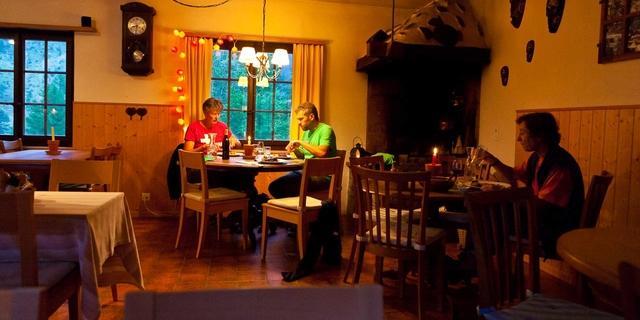Erholung im Restaurant Zwischbergen&#x3B; im Zwischbergental gibt es nur noch eine Pension. Foto: Iris Kürschner