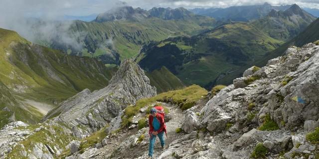 Felsen überm Grün: Weite Weiden erstrecken sich zwischen Braunarlspitze, Hochtannbergpass und Arlberg-Gebiet. Foto: Stefan Herbke