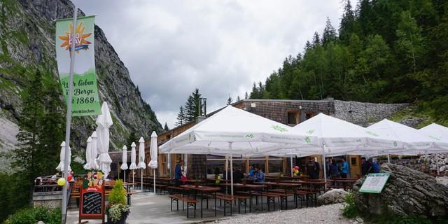Die Höllentalangerhütte der Sektion München am Fuße der Zugspitze, Foto: Kilian Schwalbe