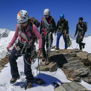 Hochtourengruppe am Gipfelgrat. Foto: JDAV / Christoph Hummel