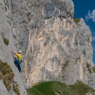 Spielplatz für Berg-Einsteiger. Baseclimb an der Roten Flüh vor dem Hochwiesler; ganz hinten der Thaneller, Foto: Christian Pfanzelt