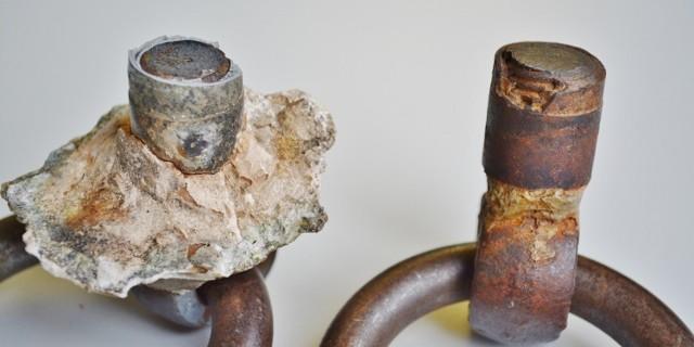 Die Bruchflächen der beiden Ringe vom Untersberg: die Bruchfläche des linken, bei der Untersuchung ausgebrochenen Rings, weist keine Korrosionsschäden auf, der im Juni ausgebrochene Haken ist komplett verrostet
