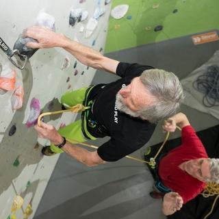 Typische Verwendung eines Schraubglieds in der Kletterhalle, Foto: DAV
