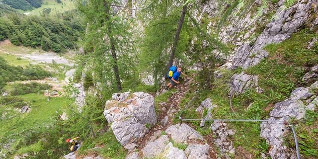 Totes Gebirge: Steil, anstrengend und teilweise mit Seilen gesichert zieht der Salzsteig hinauf Richtung Tauplitzalm. Foto Iris Kürschner