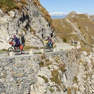 Aus den Versorgungswegen im Krieg sind passable Bikestrecken geworden. Foto: Thorsten Brönner