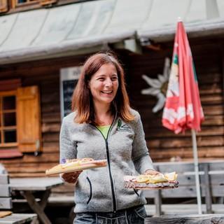 Die Bedienungen auf den Hütten haben alle Hände voll zu tun, Foto: DAV/Hans Herbig